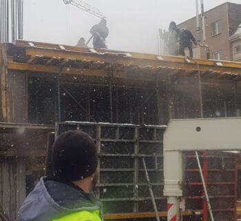 Поливане с топла вода от водоноска на строеж (снимка)