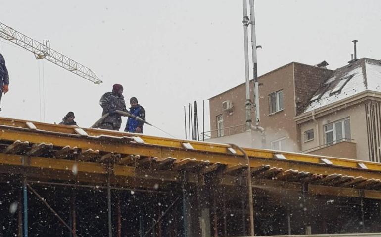 Размразяване на лед на строителен обект (снимка)